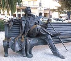 Skulptur auf einer Parkbank